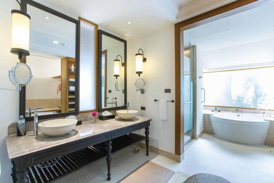 Salle de bain de la Deluxe Beachfront Villa du Santiburi à Koh Samui