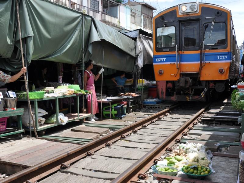 le marché de Mae Klong circuit en thaïlande