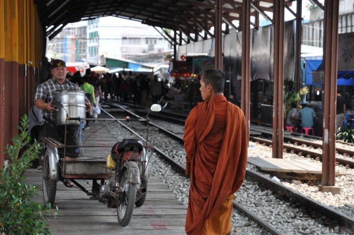Les marchés de Bangkok en train