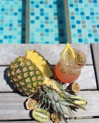 Instagram Four Seasons Seychelles Savourez un cocktail fruité au bord de la piscine