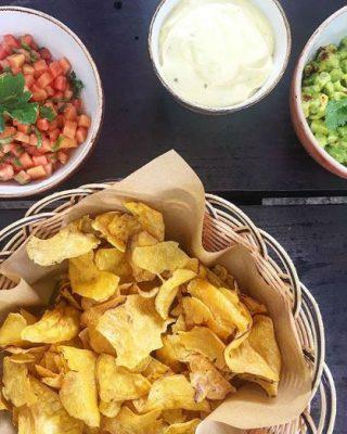 Instagram Four Seasons Seychelles Chips de banane, sauce créole, tomates... Le snack parfait
